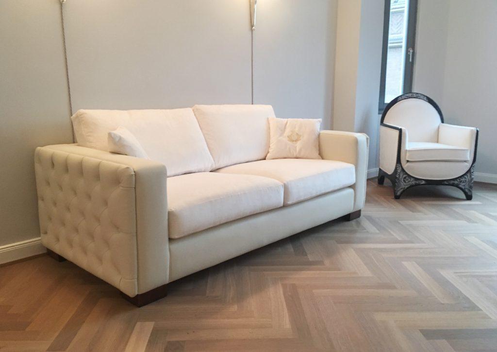 Sofa mit seitlicher